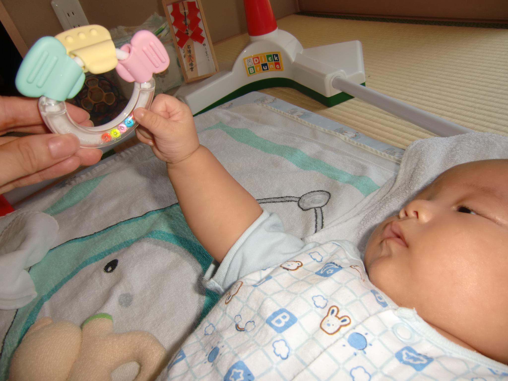生後3ヶ月 育児 成長記録 ハンドリガード