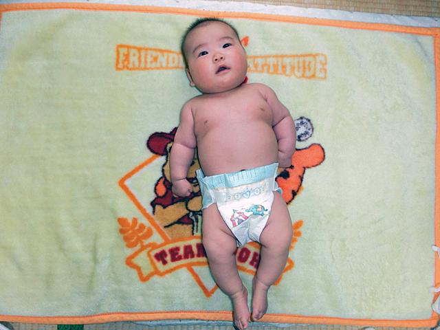 生後3ヵ月 裸写真