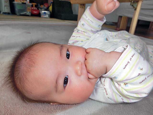 生後3ヵ月 げんこつしゃぶり