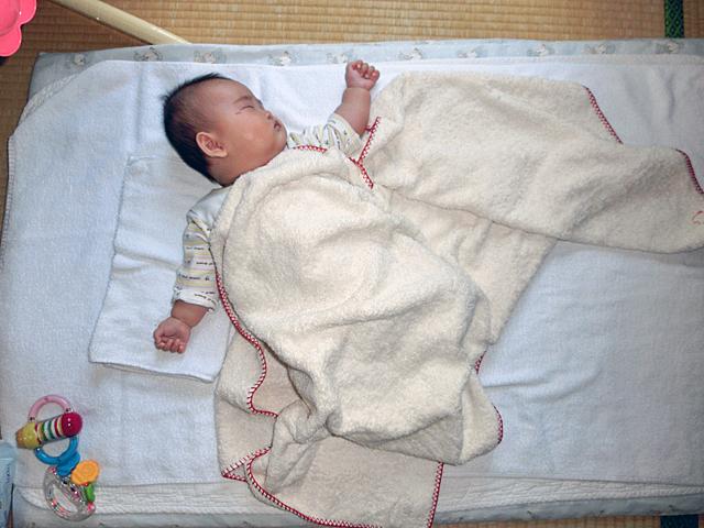 生後3ヵ月 寝ながら回転