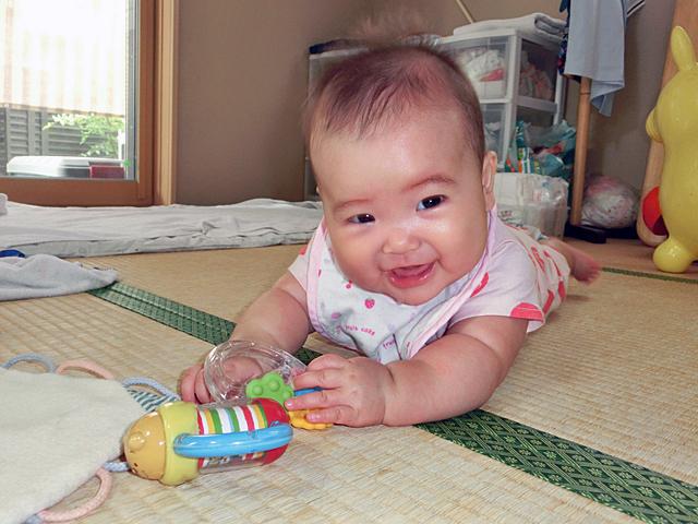 生後5ヵ月 寝返りして遊ぶ