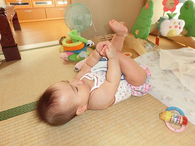 生後6ヵ月 足で遊ぶ