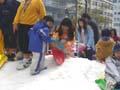海遊館前で雪遊び