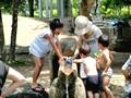 梅小路公園の川で水遊び