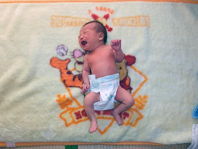 新生児 裸写真