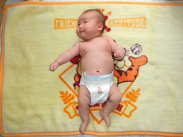 生後2ヵ月 裸写真