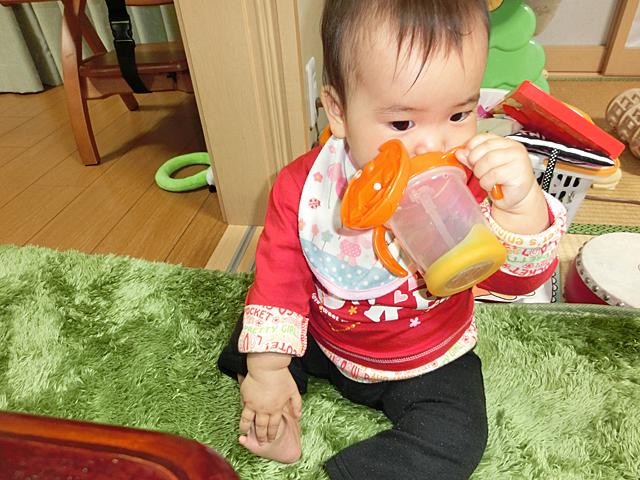 生後9ヵ月 コップ(ストロー)で飲む