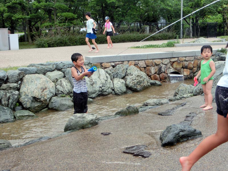 花園中央公園 川遊び