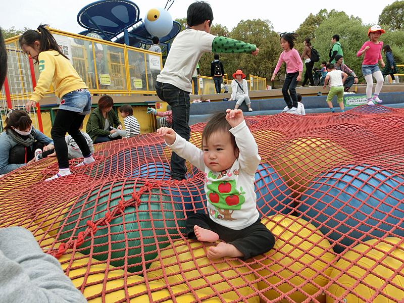 蜻蛉池公園 チョウの遊具 ボールトランポリン