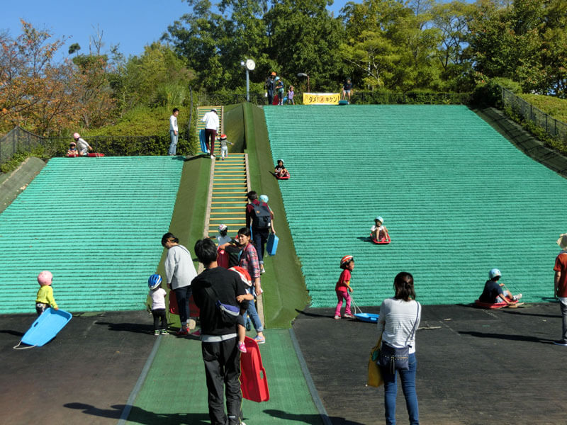 竹取公園で芝滑り&遊具&ロング滑り台で遊んできたよ