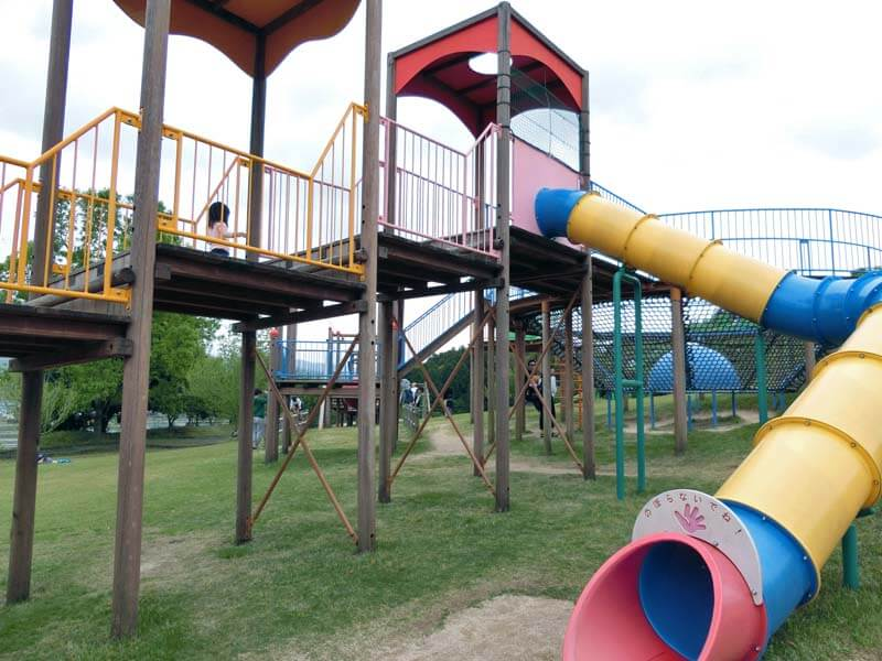 峰山途中ヶ丘公園の大型遊具はロングスライダーもあって楽しい!